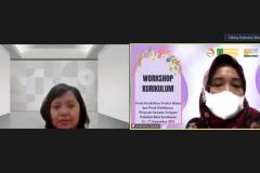 Narasumber dalam kegiatan ini, Rize Budi sedang memaparkan materinya dalam workshop kurikulum Prodi Pendidikan Profesi Bidan dan Prodi Kebidanan.