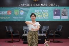 dirigen sedang memimpin lagu Indonesia Raya