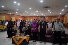 para peserta workshop sedang menyanyikan lagu Indonesia Raya (2)