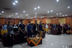 para peserta workshop sedang menyanyikan lagu Indonesia Raya