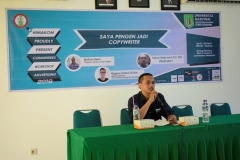 Moderator, Yulianto Hadiprawiro, S.Sn, M.Ds sedang membuka workshop, pada workshop advertising, di Ruang Seminar UNAS, (29-4).