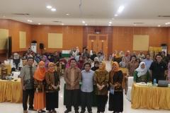 Foto bersama Wakil Rektor Bidang Akademik Prof. Dr. Iskandar Fitri, S.T., M.T. (batik tengah) dengan peserta Workshop Portofolio KPT SN-DIKTI Kompetensi Lulusan Era Revolusi Industri 4.0 pada Senin (22/7) di Auditorium Blok 1 lantai 4 UNAS