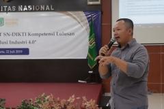 Sekretaris Program Studi Ilmu KomunikasiNursatyo, S.Sos., M.Si saat mempresentasikan portofolionya prodi keperawatan di depan para dosen