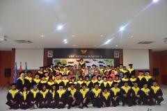 Foto bersama seluruh peserta dan panitia yudisium