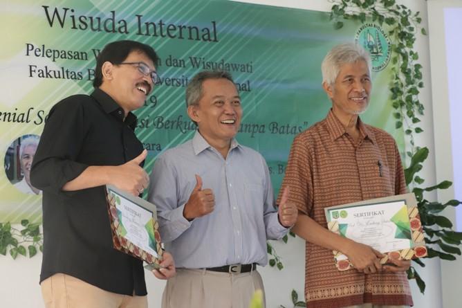 Pemberian penghargaan kepada pembicara, Prof. Dr. Endang Sukara (kanan) dan Drs. Bambang Warsono, M.Si. dari Dekan Fabiona, Drs. Imran Said Lumban Tobing, M.Si