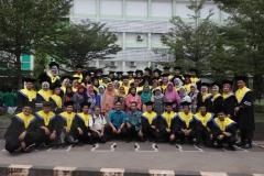foto bersama para lulusan usai kegiatan yudisium di Taman Air Mancur UNAS, Jakarta (18-4) (2)