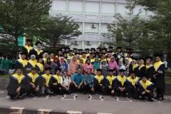 foto bersama para lulusan usai kegiatan yudisium di Taman Air Mancur UNAS, Jakarta (18-4)