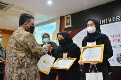 Pemberian cenderamata dan sertifikat kepada lulusan terbaik Fakultas Hukum Semester Ganjil 2020/202115