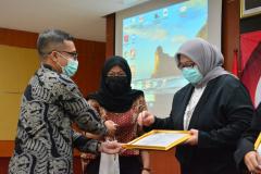 Pemberian cenderamata dan sertifikat kepada lulusan terbaik Fakultas Hukum Semester Ganjil 2020/2021