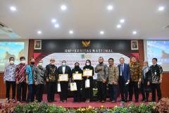 Foto bersama para lulusan terbaik dan dosen Fakultas Hukum
