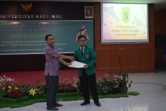 Pemberian sertifikat kepada wisudawan terbaik fakultas teknik dan sains unas