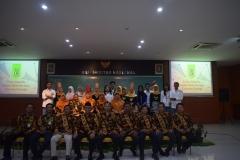 foto bersama para dosen fakultas teknik dan sains unas dan para panitia dalam acara yudisium fakultas teknik dan sains unas
