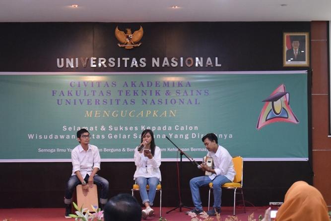 live accoustic dalam acara yudisium fakultas teknik dan sains UNAS