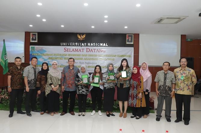 Foto bersama seluruh dosen dilingkungan fakultas ekonomi dan mahasiswa terbaik