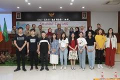 Foto bersama seluruh dosen fakultas ekonomi dan mahasiswa asing