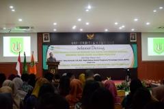 Wakil Ketua Komisi Pengawas Persaingan Usaha (KPPU) Ukay Karyadi S.E, M.E saat memberikan pembekalan kepada para lulusan pada acara yudisium FEB di Auditorium blok 1 lantai 4 , Jakarta (6/4)