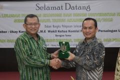 Dekan FEB UNAS, Dr. Suryono Efendi, S.E,. M.M. (kiri) memberikan cinderamata kepada Wakil Ketua Komisi Pengawas Persaingan Usaha (KPPU) Ukay Karyadi S.E, M.E (kanan) sebagai narasumber pada acara yudisium FEB di Auditorium blok 1 lantai 4 , Jakarta (6/4)