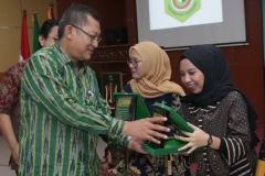 Dekan FEB UNAS, Dr. Suryono Efendi, S.E,. M.M.  (kiri) memberikan penghargaan kepada mahasiswa terbaik FEB Kafita Dewi (kanan), pada acara yudisium FEB di Auditorium blok 1 lantai 4 , Jakarta (6/4)