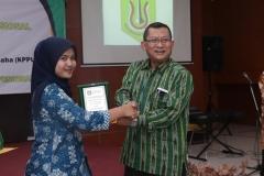 Dekan FEB UNAS, Dr. Suryono Efendi, S.E,. M.M.  (kanan) memberikan penghargaan kepada mahasiswa terbaik FEB (kiri), pada acara yudisium FEB di Auditorium blok 1 lantai 4 , Jakarta (6/4)