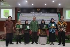 Foto bersama Dekan FEB UNAS Dr. Suryono Efendi, S.E,. M.M.  (tengah) dengan empat mahasiswa terbaik pada acara yudisium FEB di Auditorium blok 1 lantai 4 , Jakarta (6/4)