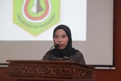 Mahasiswa terbaik FEB Kafita Dewi saat memberikan pesan dan kesannya pada acara yudisium FEB di Auditorium blok 1 lantai 4 , Jakarta (6/4)