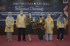 Foto bersama pimpinan fakultas dan prodi  dilingkungan FEB UNAS dengan mahasiswa terbaik prodi Manajemen