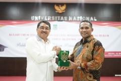 Dekan Fakultas Hukum Dr. Ismail Rumadan, S.Ag., M.H. (kanan) memberikan cinderamata kepada Rektor Universitas Muhammadiyah Jakarta Prof. Dr. Syaiful Bahri S.H., M.H.  (kiri) sebagai narasumber pada acara yudisium fakultas hukum universitas nasional, selasa (16/4)
