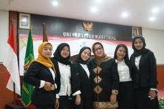 dosen dan mahasiswa berfoto bersama setelah acara yudisium fakultas hukum selesai dilaksanakan