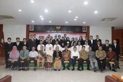 foto bersama seluruh pimpina fakultas, dosen, serta para lulusan fakultas hukum