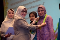 Penyematan penghargaan kepada mahasiswa terbaik oleh Dekan Fakultas Ilmu Kesehatan  Dr. Retno Widowati, M.Si (kiri)