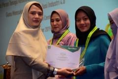 Pemberian sertifikat kepada mahasiswa terbaik yang diberikan labgsung oleh Ketua Program Studi D-IV KebidananDewi Kurniati, SST., M.Keb