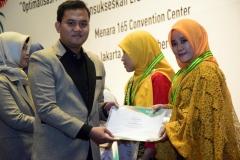 Ketua Program Studi Ilmu Keperawatan Ns. Dayan Hisni, S.Kep., M.N.S (kiri) memberikan sertifikat kepada mahasiswa terbaik