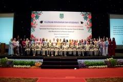 Foto bersama seluruh dosen di lingkungan fakultas ilmu kesehatan dan calon wisudawati