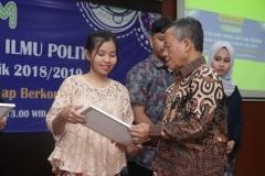 Pemberian penghargaan kepada mahasiswa terbaik dari Program studi Hubungan internasional diberikan langsung oleh Ketua Program Studi Ilmu Hubungan Internasional Drs. Reuspatyono, M.Si.