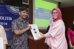 Pemberian penghargaan kepada mahasiswa terbaik dari Program studi Sosiologi diberikan langsung oleh Ketua Program Studi SosiologiDr. Erna Ermawati Chotim, M.Si.