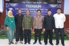 Foto bersama ketua program studi ilmu politik Drs. Hari Zamharir, M.Si (nomor 3 dari kiri) dengan calon wisudawan dari program studi ilmu politik di Auditorium blok 1 lantai 4 Universitas Nasional, Senin (15/4)