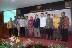 Foto bersama mahasiswa berprestasi