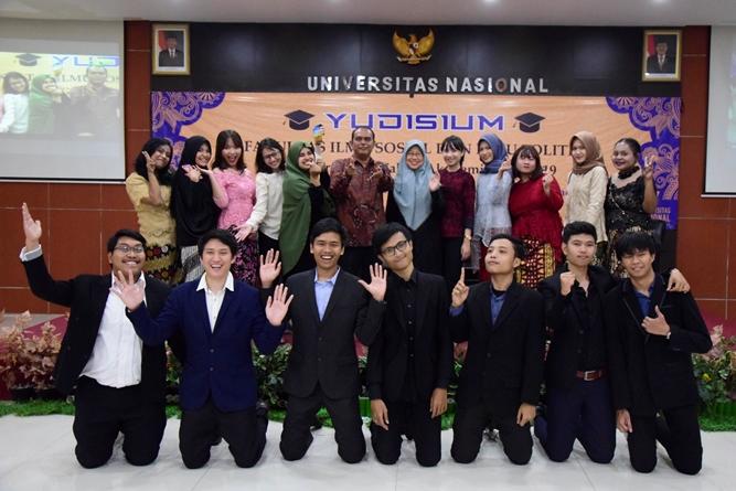 Foto bersama seluruh wisudawan prodi Hubungan Internasional dengan para dosen
