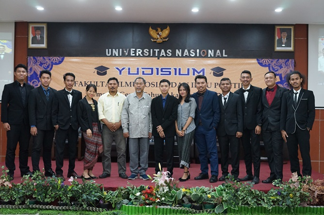 Foto bersama para wisudawan prodi Ilmu Politik dengan para dosen