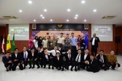 Foto bersama para wisudawan prodi Administrasi Publik dengan para dosen