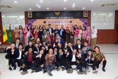 Foto bersama para wisudawan prodi Ilmu Komunikasi  dengan para dosen pada acara Yudisium Fakultas Ilmu Sosial dan Ilmu Politik di Aula Blok 1 lantai 4 UNAS, Selasa (10/9)