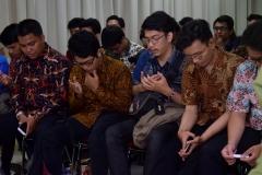 para peserta yudisium sedang berdoa bersama,  di acara yudisium FTKI, di Menara UNAS, Ragunan, Jakarta, Senin (15-4)