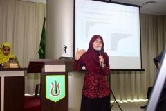salah satu peserta yudisium sedang mempresentasikan tugas akhirnya di depan para peserta lainnya,  di acara yudisium FTKI, di Menara UNAS, Ragunan, Jakarta, Senin (15-4)