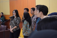 para mahasiswa FTKI sedang menyanyikan lagu Indonesia Raya dalam pembukaan yudisium