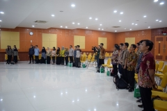 para peserta yudisium sedang menyanyikan lagu Indonesia Raya