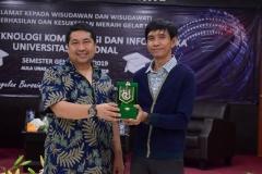 pemberian cenderamata dari FTKI kepada pembicara dari PT. Telkom, Dr. I Ketut Agung