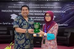 pemberian cenderamata dari FTKI kepada pembicara dari PT. Xsis, Riksa Hastuti