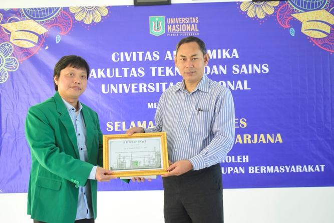Dekan Fakultas Teknik dan Sains Basori, S.T., M.T.  (kanan) memberikan sertifikat kepada narasumber Dr. V. Vekky R. Repi, S.T., M.T. pada acara yudisium Fakultas Teknik dan Sains. di Ruang seminar blok 1 lantai 3, Universitas Nasional, Sabtu (13/4)