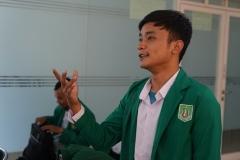 Mahasiswa memberikan pertanyaan kepada narasumber