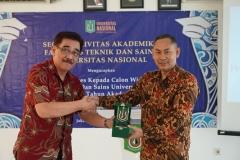 Dekan Fakultas Teknik dan Sains Basori, S.T., M.T.  (kanan) memberikan cinderamata kepada narasumber pada acara Yudisium Fakultas Teknik dan Sains